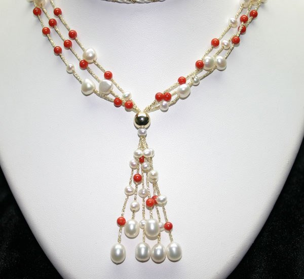 4021: 16 INCHS FRESH WATER PEARL & CORAL NECKLACE.