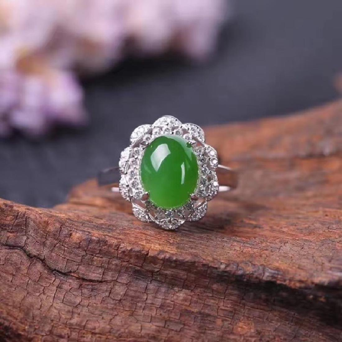 NATURAL OVAL-SHAPED GREEN JADEITE RING
