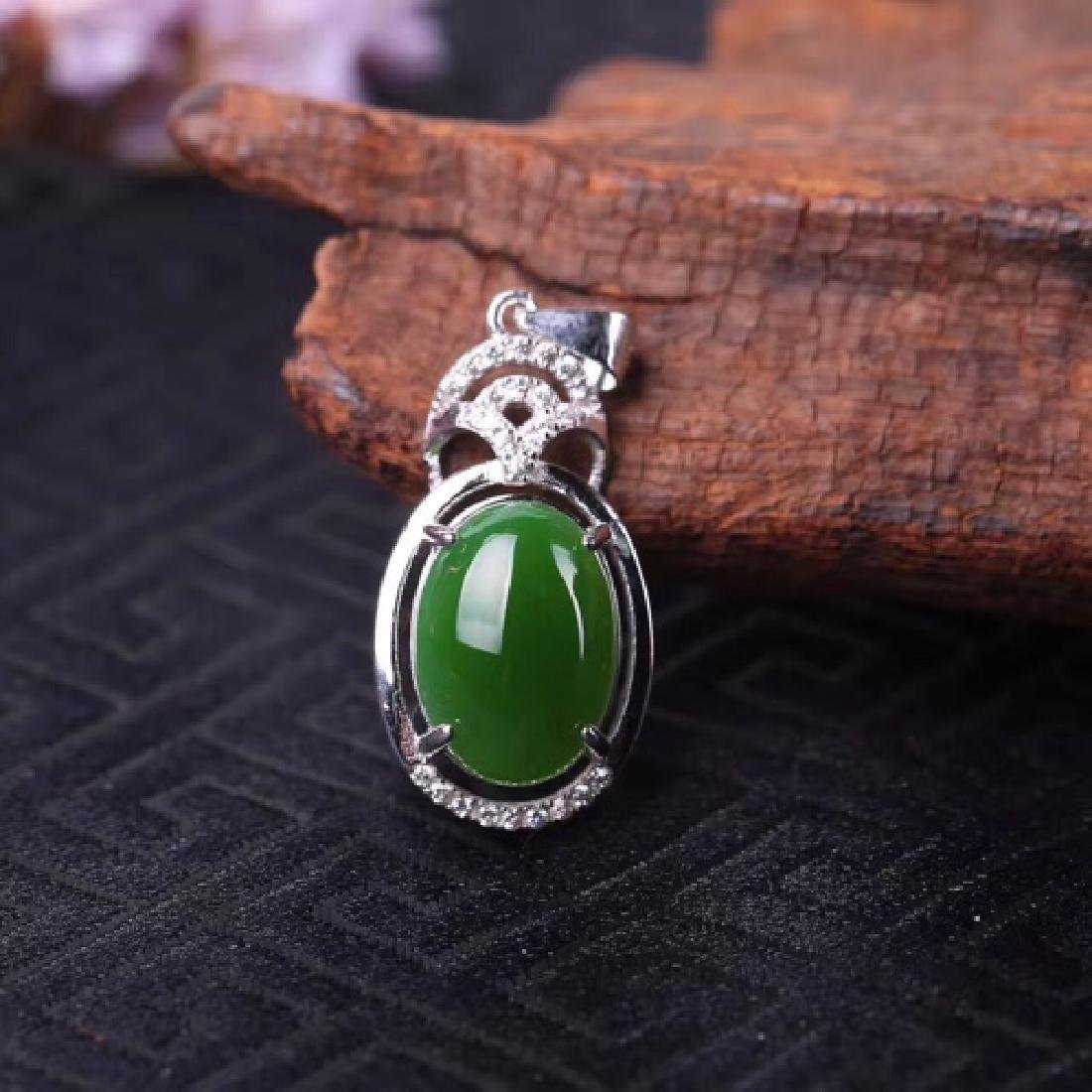 NATURAL OVAL-SHAPED GREEN JADEITE PENDANT