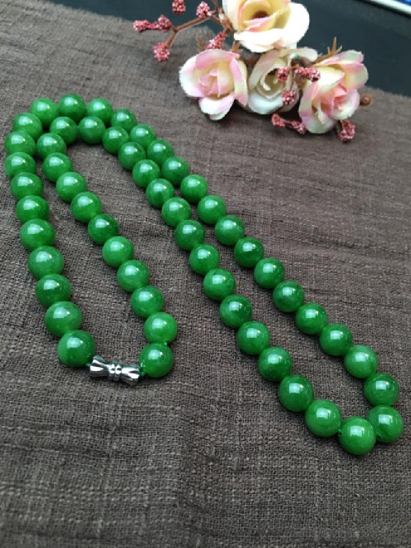A NATURAL HETIAN GREEN JADE BEADS NECKLACE