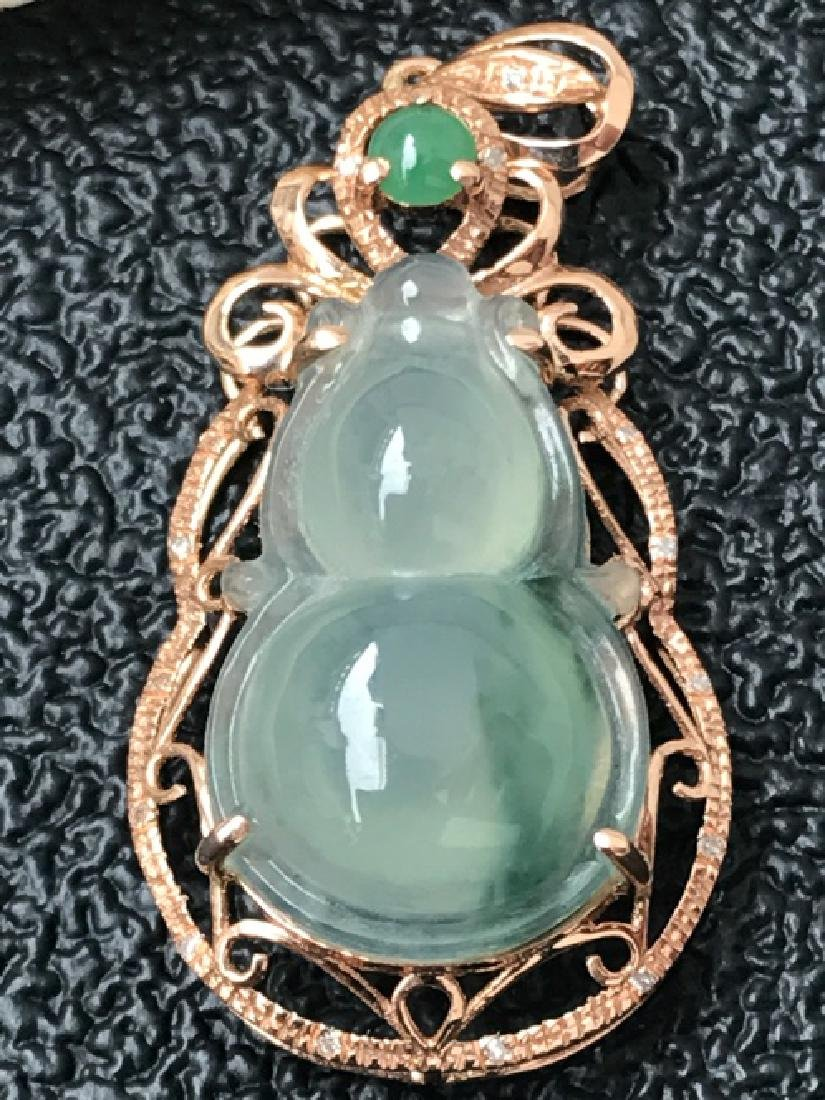 A NATURAL GOURD-SHAPED PIAOHUA JADEITE PENDANT