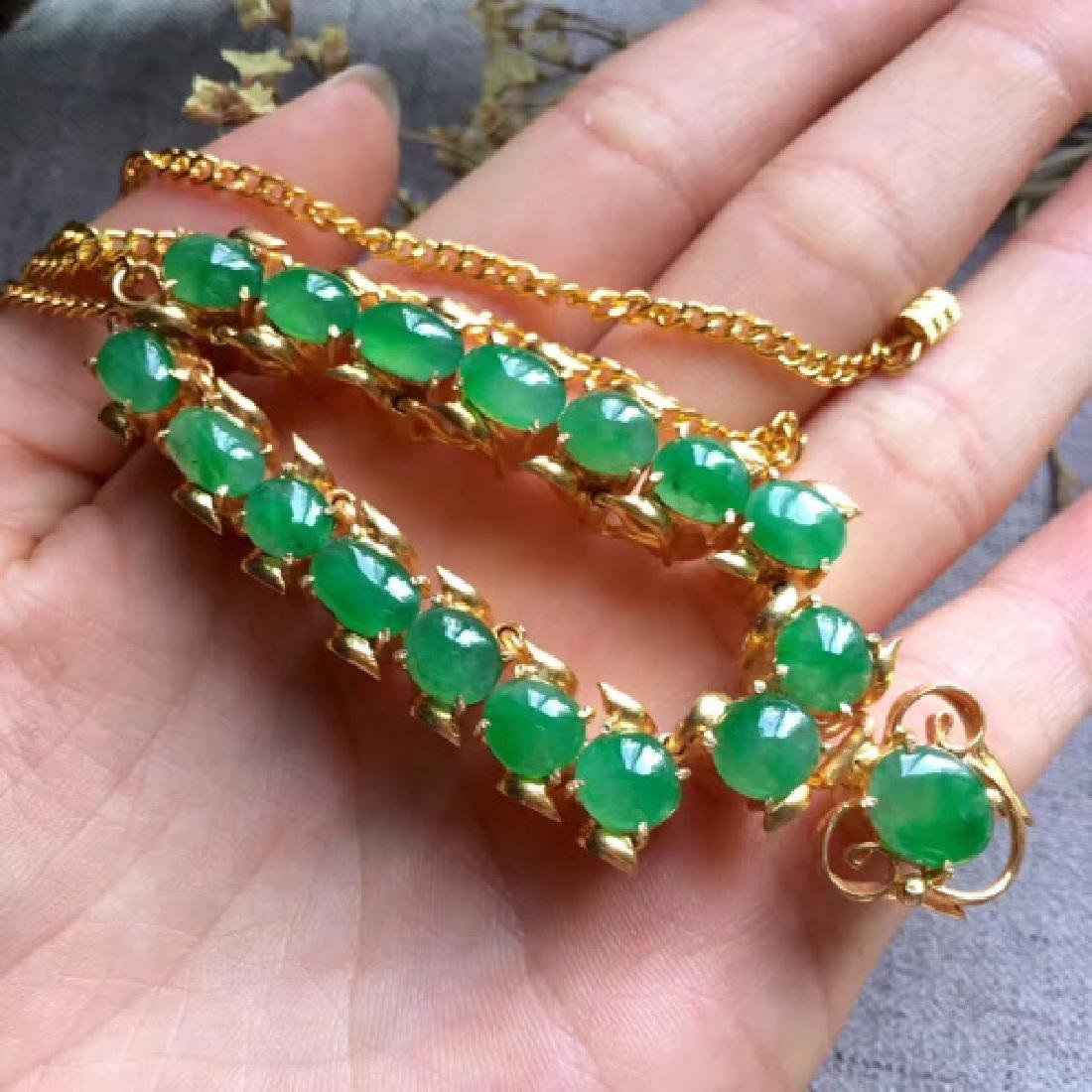 A NATURAL EGG-SHAPED PINGGUOLV JADEITE NECKLACE - 6