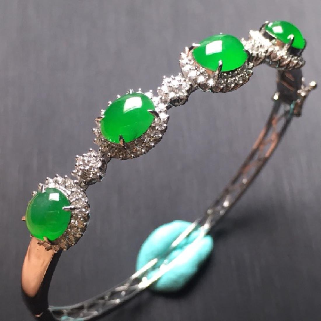A NATURAL OVAL-SHAPED YANGLV JADEITE BEADS BRACELET
