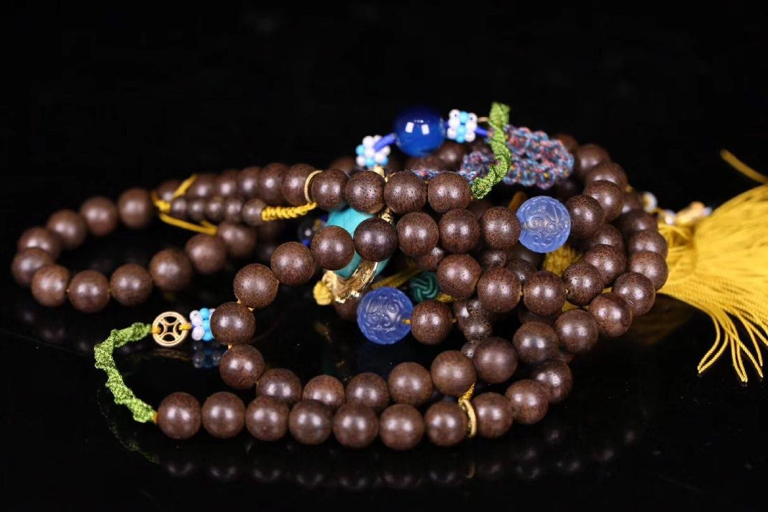 A CHENXIANG WOOD BEADS STRING NECKLACE - 9