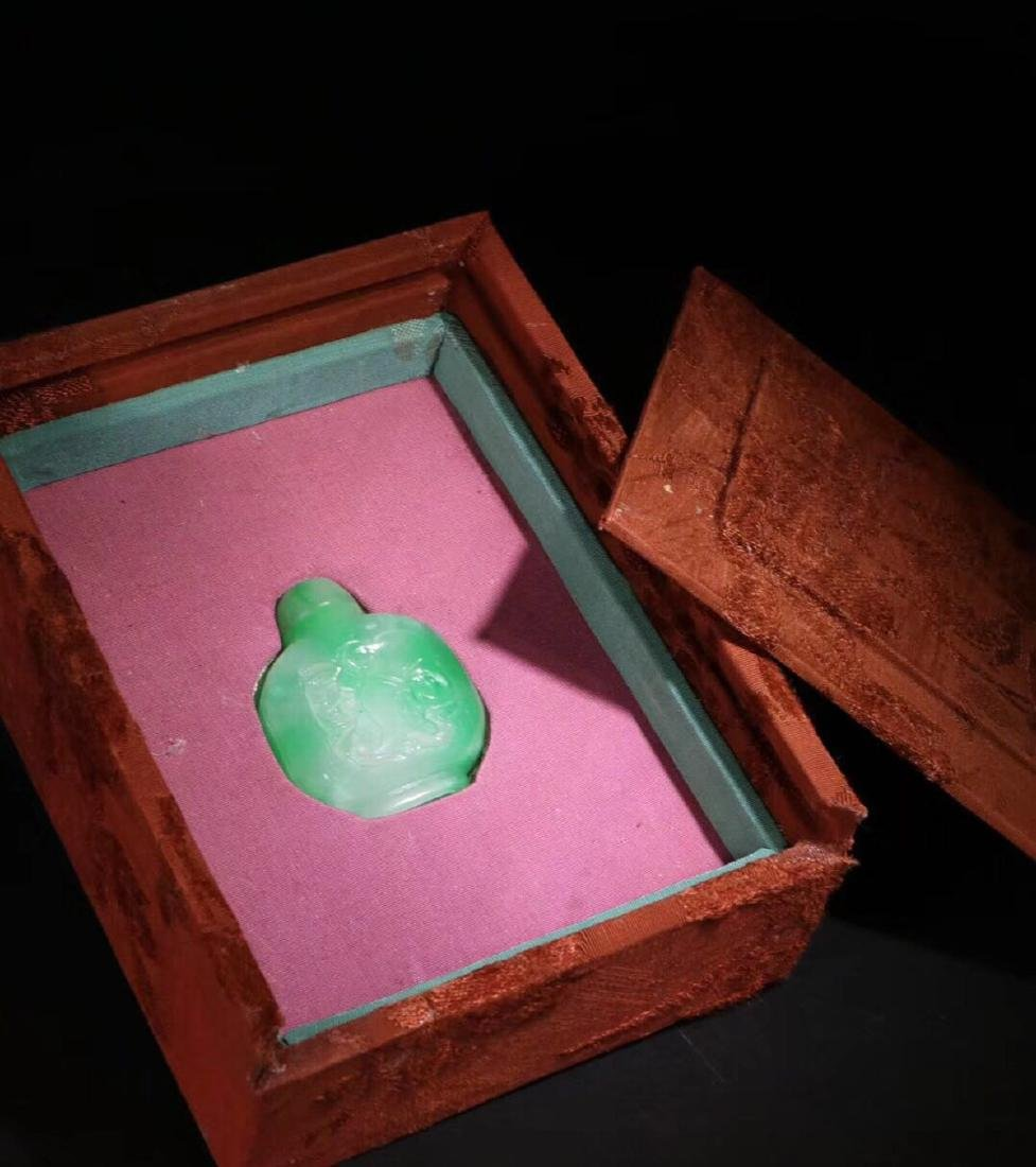 AN OLD GREEN JADEITE CARVED SNUFF - 2