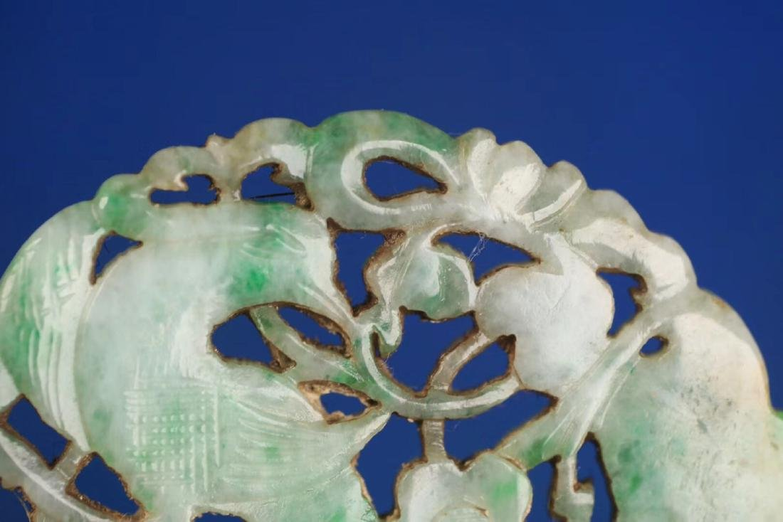 AN OLD JADEITE FLORAL SHAPED PENDANT - 9