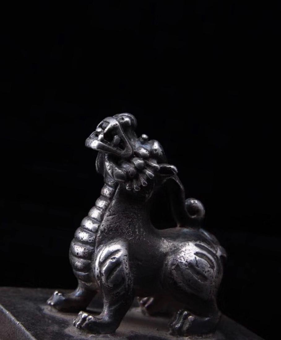 A SILVER LION SHAPED SEAL - 9