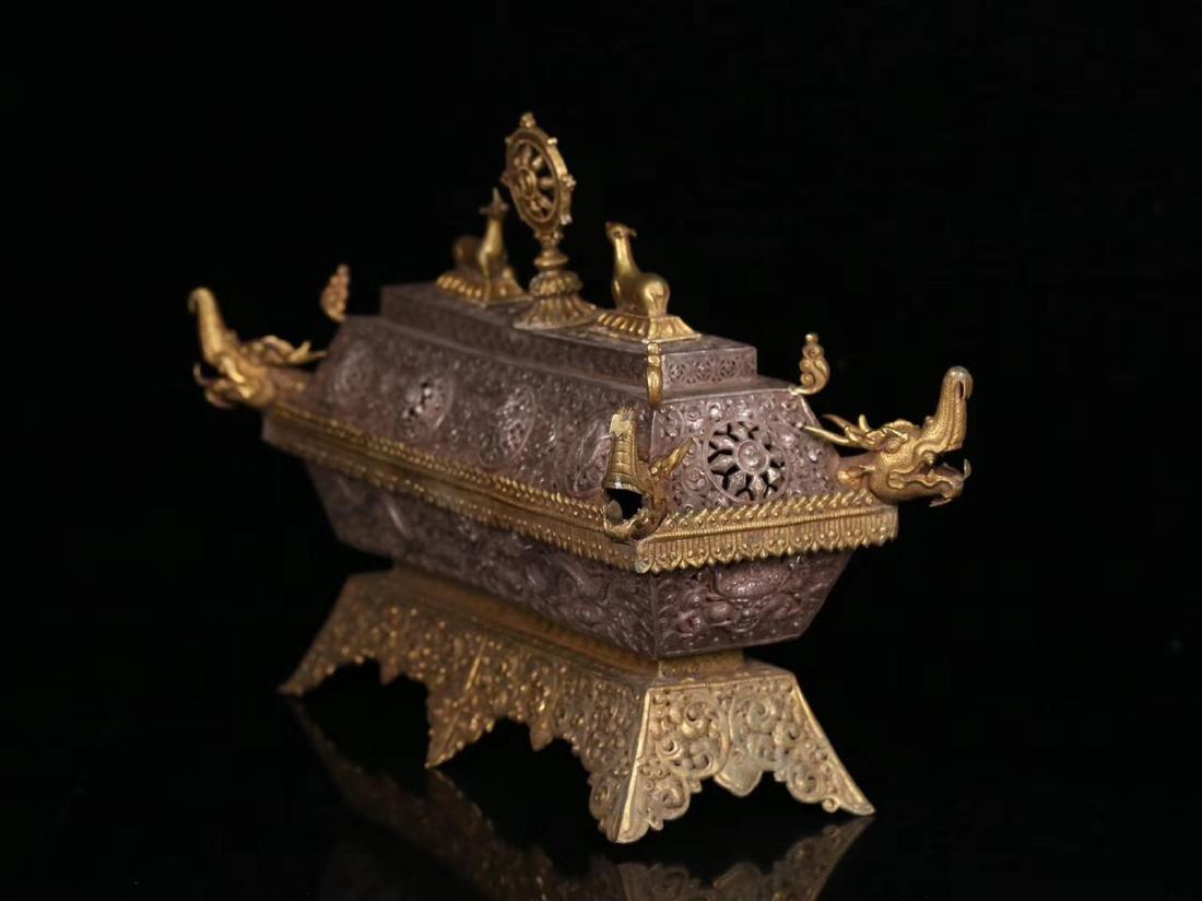 A GILT SILVER CARVED DRAGON PATTERN BOX - 2