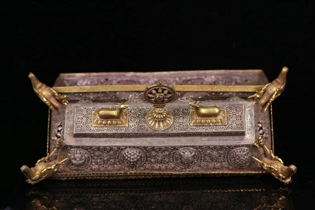 A GILT SILVER CARVED DRAGON PATTERN BOX - 6
