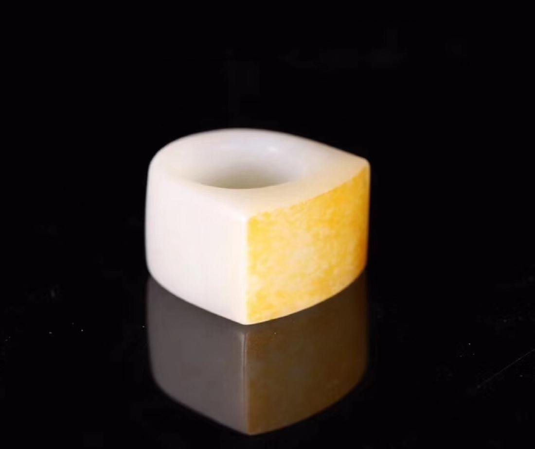 A HETIAN JADE CARVED THUMB RING - 2