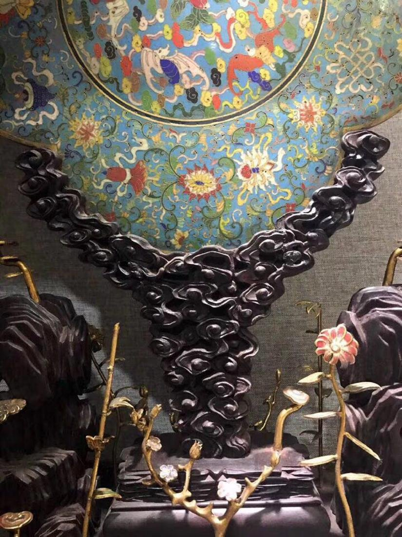 A CLOISONNE FLORAL SHAPED SCREEN WITH WOOD BASE - 7