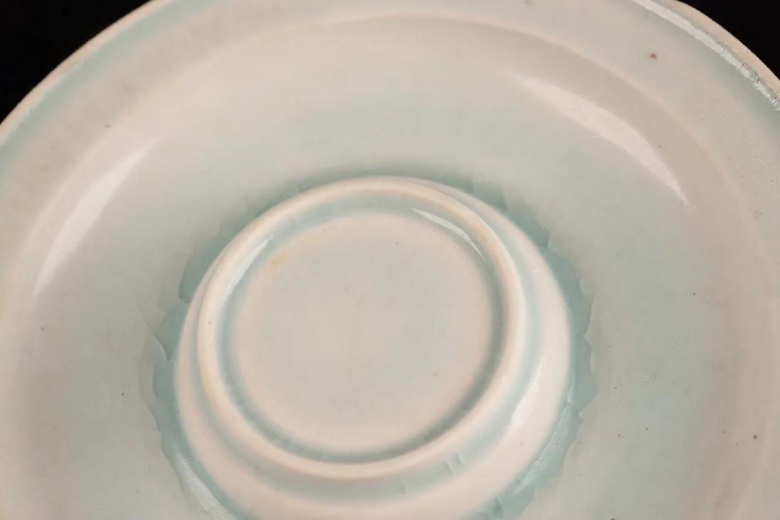 A TIANYAO WHITE GLAZE LEAF HOLLOW SAUCER - 6