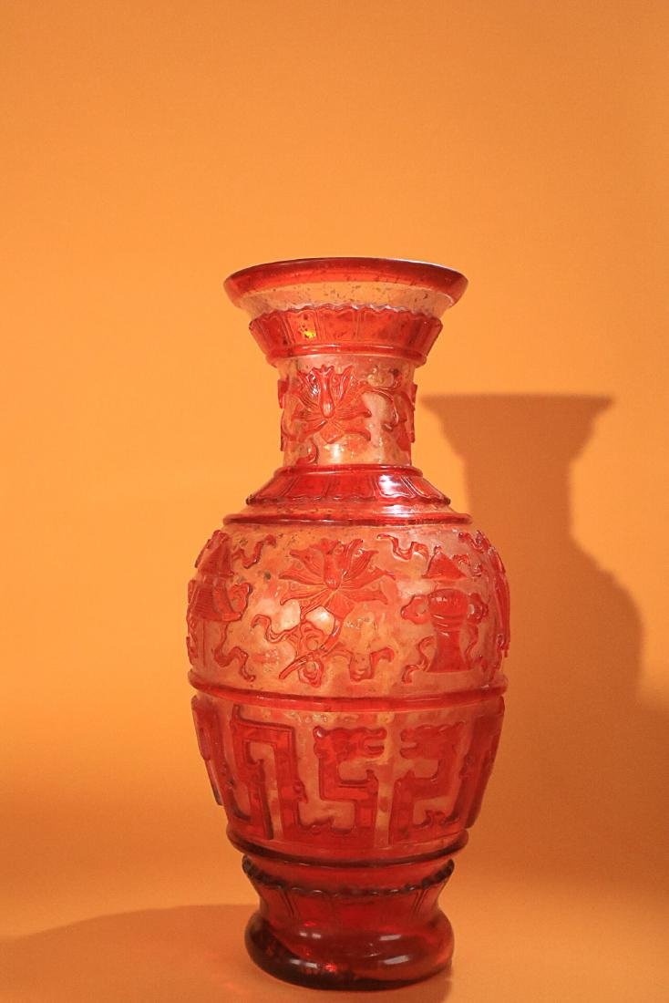 AN OLD COLOURED GLASS VASE - 3