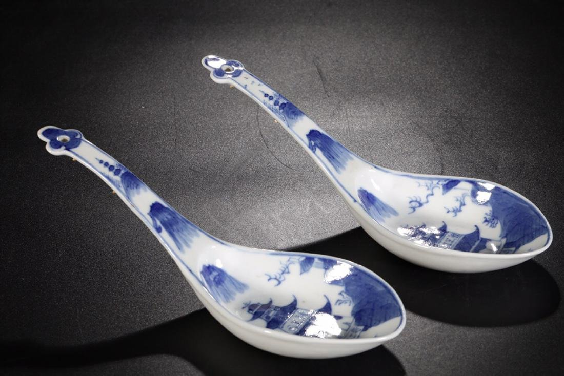 17-19TH CENTURY, A PAIR OF FLORAL PATTERN PORCELALIN