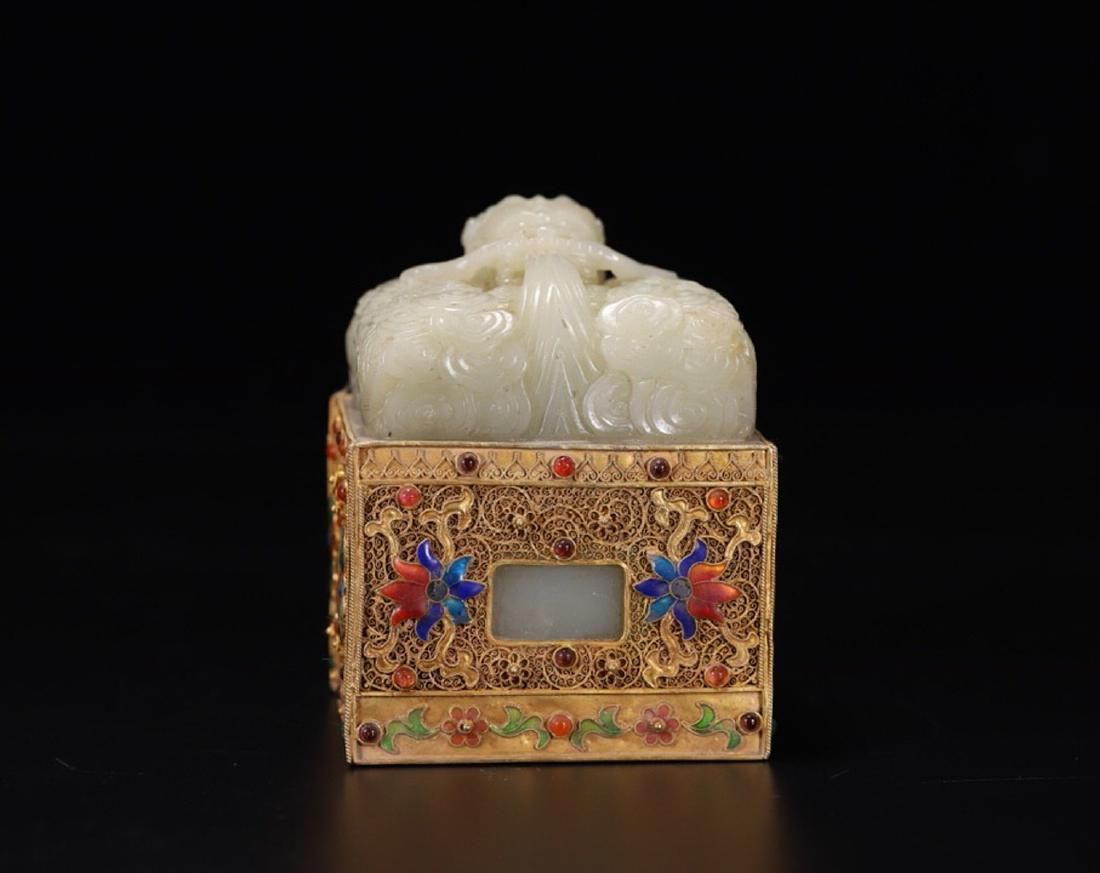 AN OLD JADE SEAL SURROUNDED GILT BRONZE WITH ZITAN WOOD