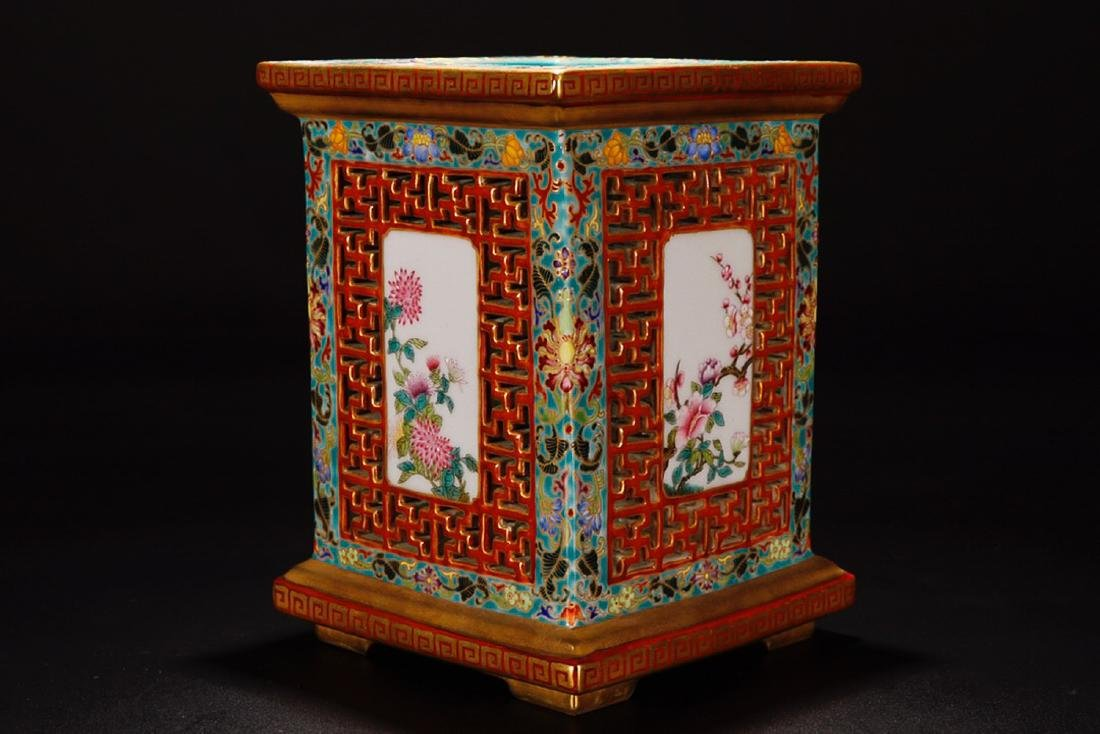 A QIANLONG MARK FAMILLE ROSE IRON RED VASE - 4