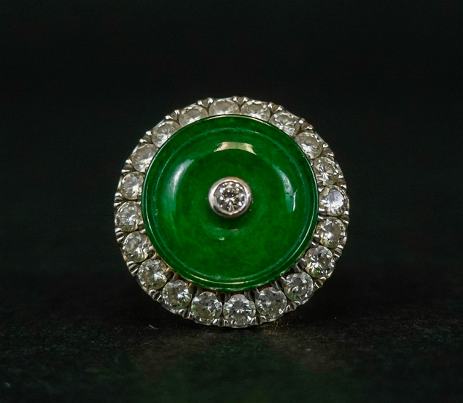 A JADEITE RING EMBEDED WITH DIAMOND