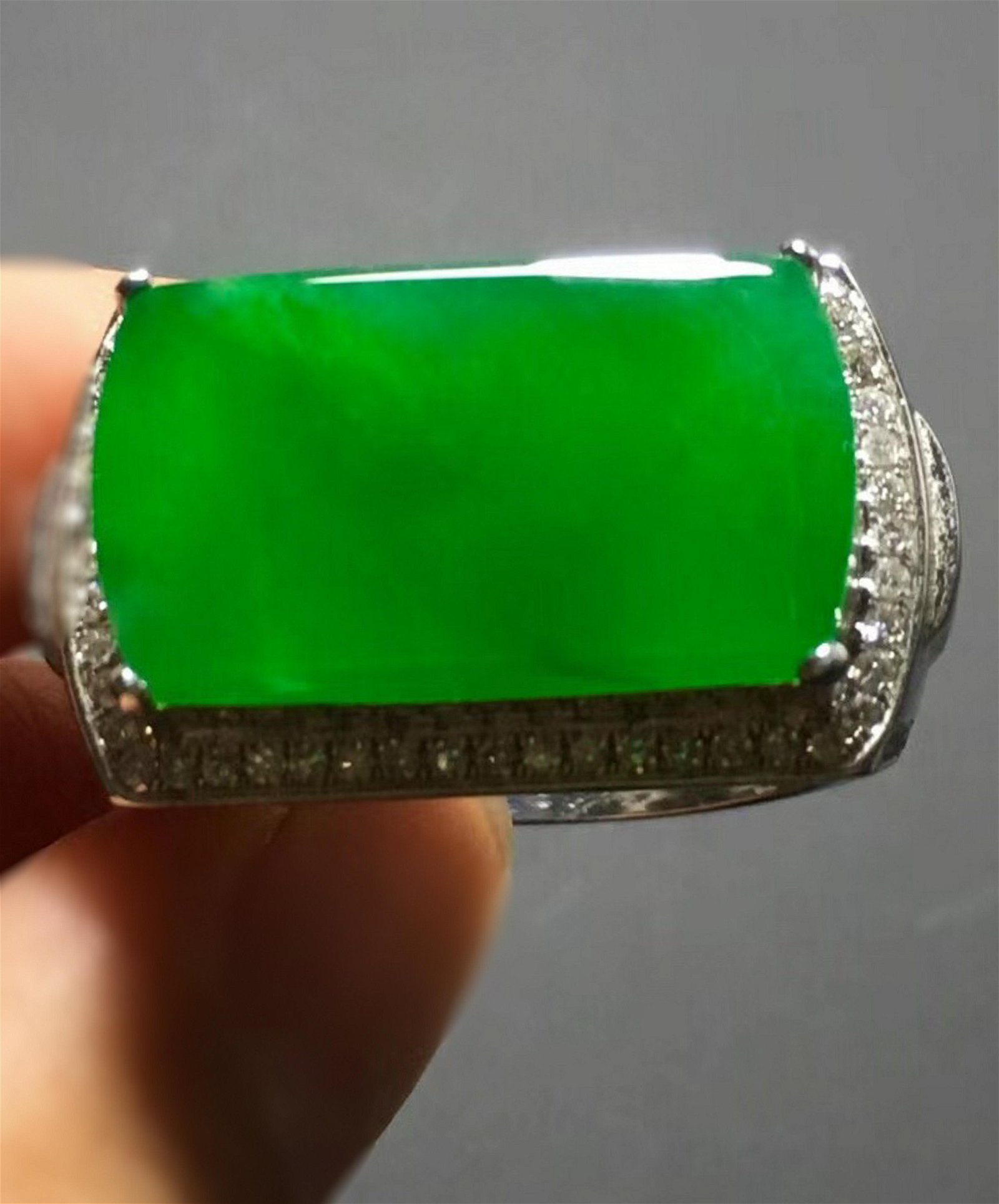 A GREEN JADEITE HORSE SADDLE SHAPED RING