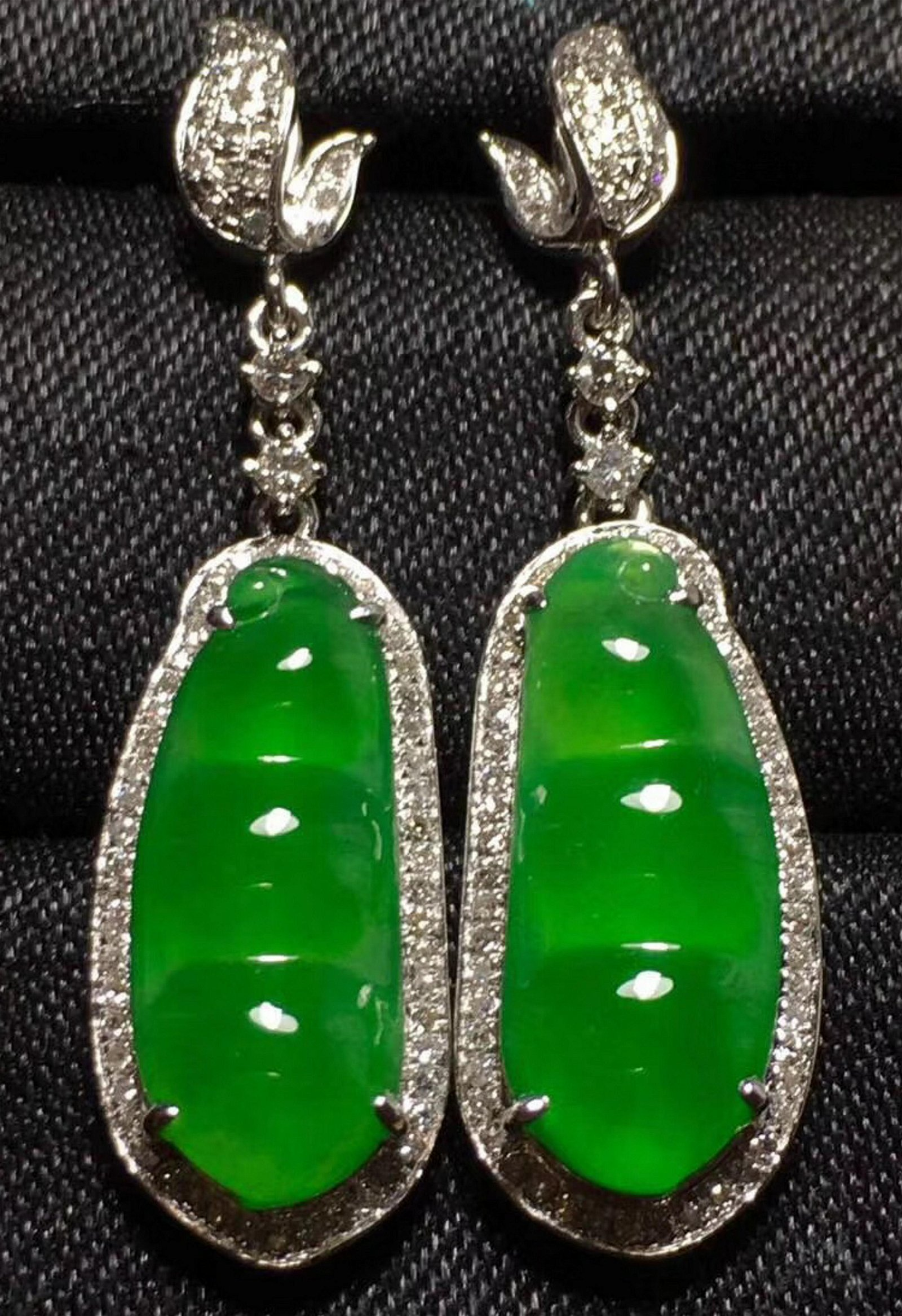 A PAIR OF GREEN JADEITE PEAPOD SHAPED EARINGS
