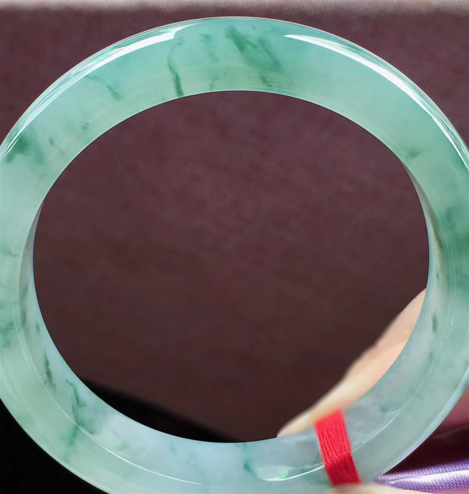 AN ICY JADEITE FLOATING GREEN CIRCLE BANGLE