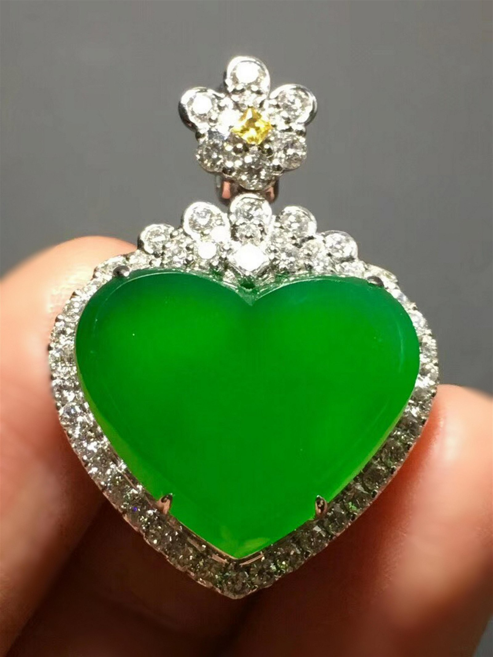A GREEN JADEITE HEART SHAPED PENDANT