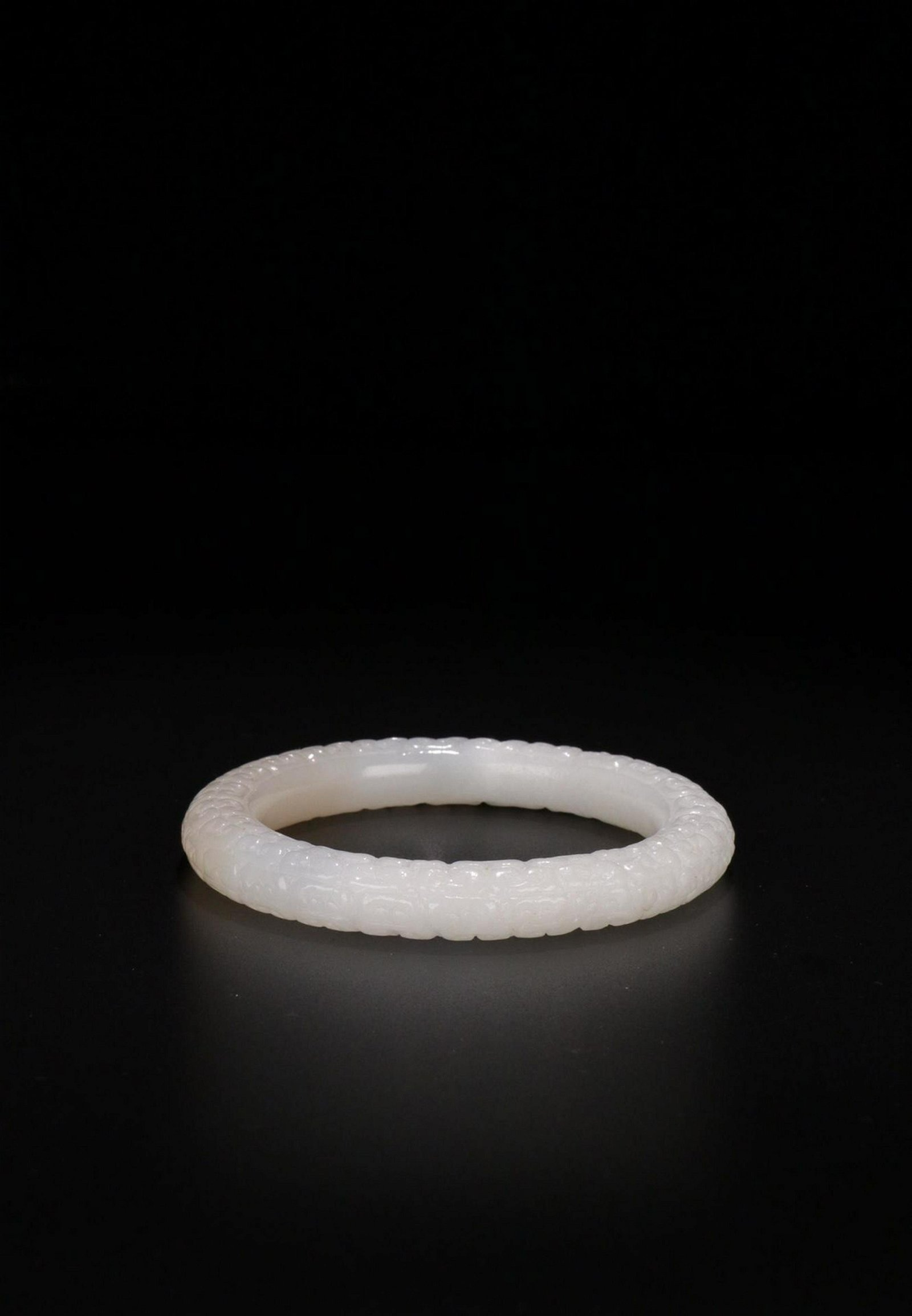 A HETIAN JADE COULD PATTERN BANGLE