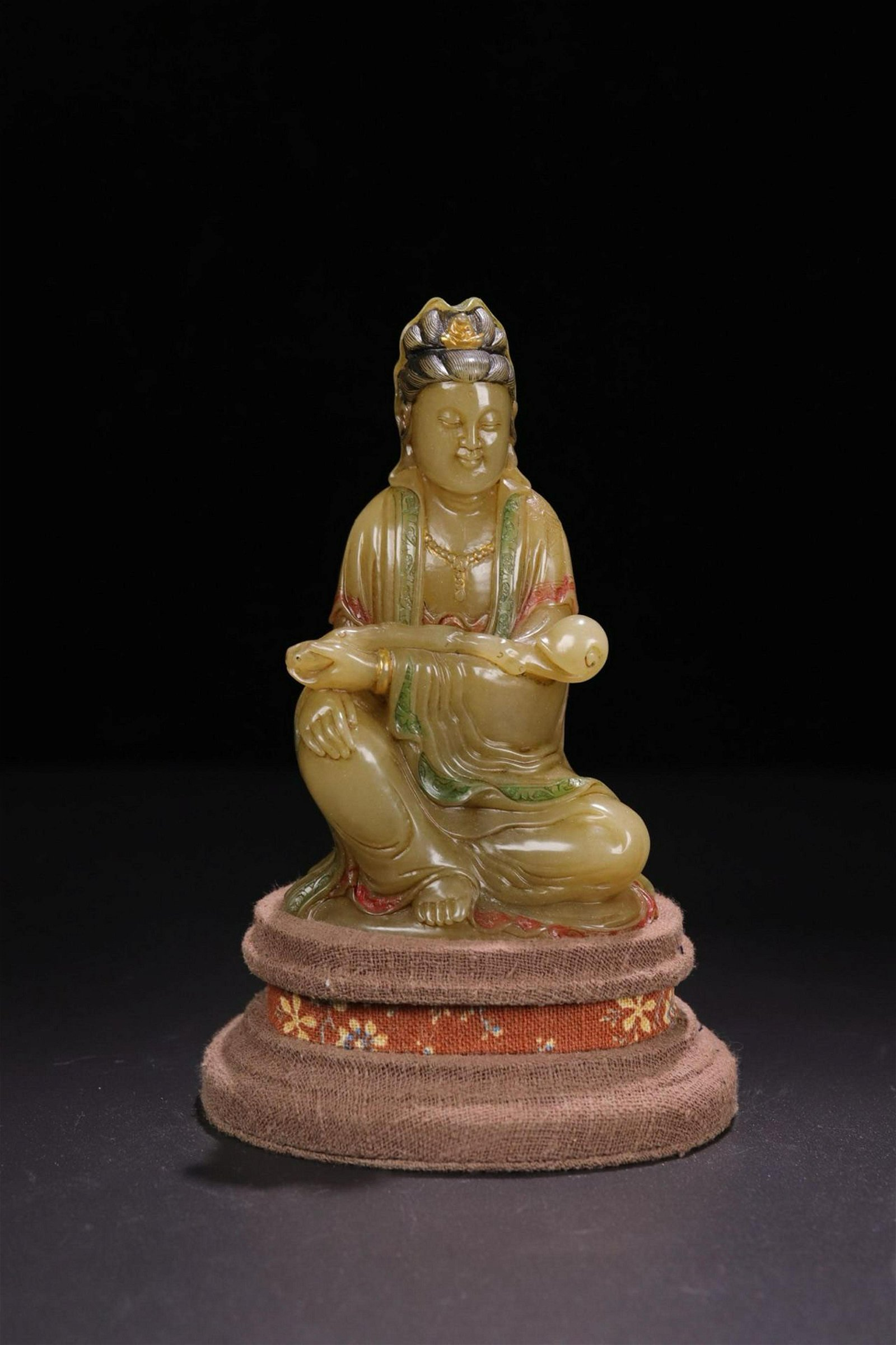 A SHOUSHAN STONE CARVED 'RUYIGUANYIN ' ORNAMENT