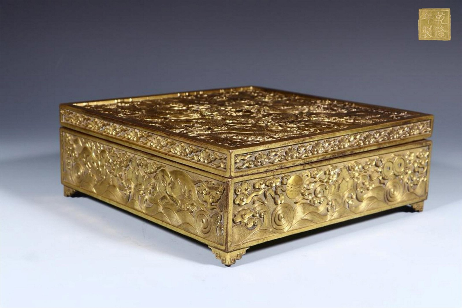 A QIANLONG MARK GILT BRONZE BOX WITH DRAGON CARVED