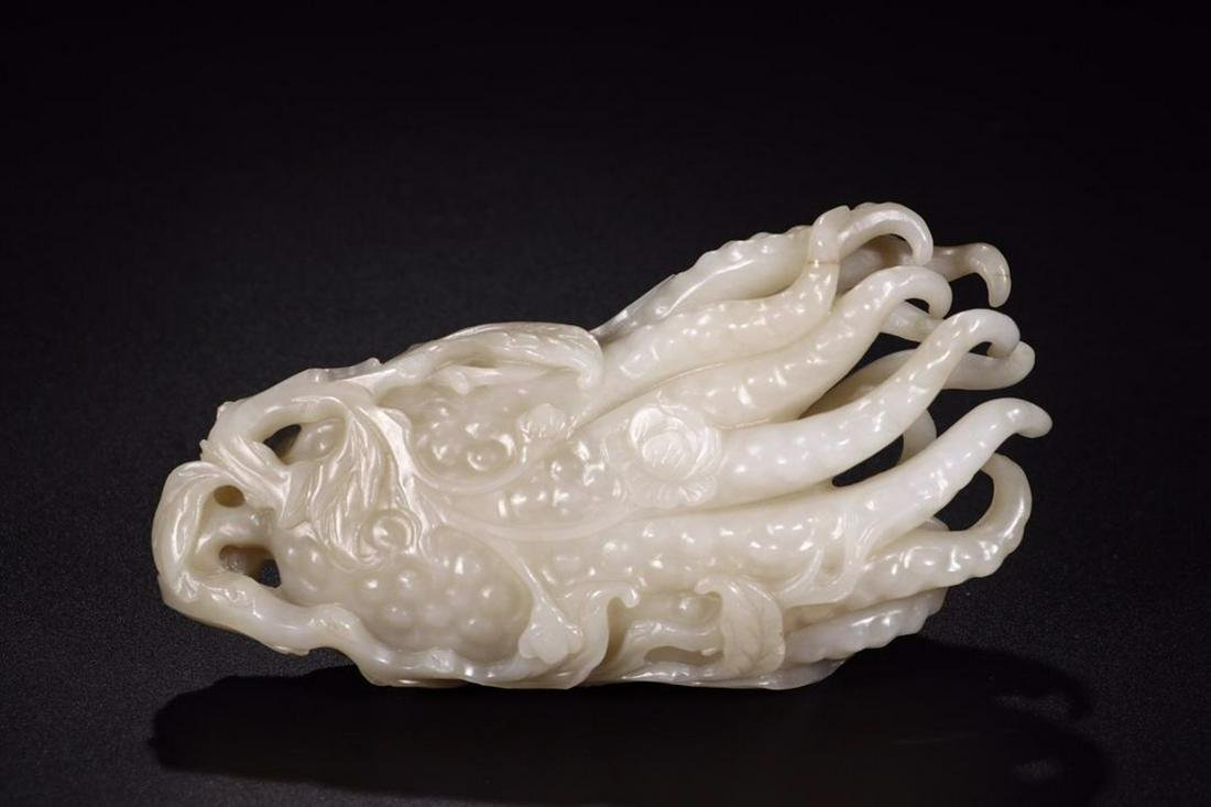A HETIAN JADE ORNAMENT WITH BUDDHA HAND SHAPED
