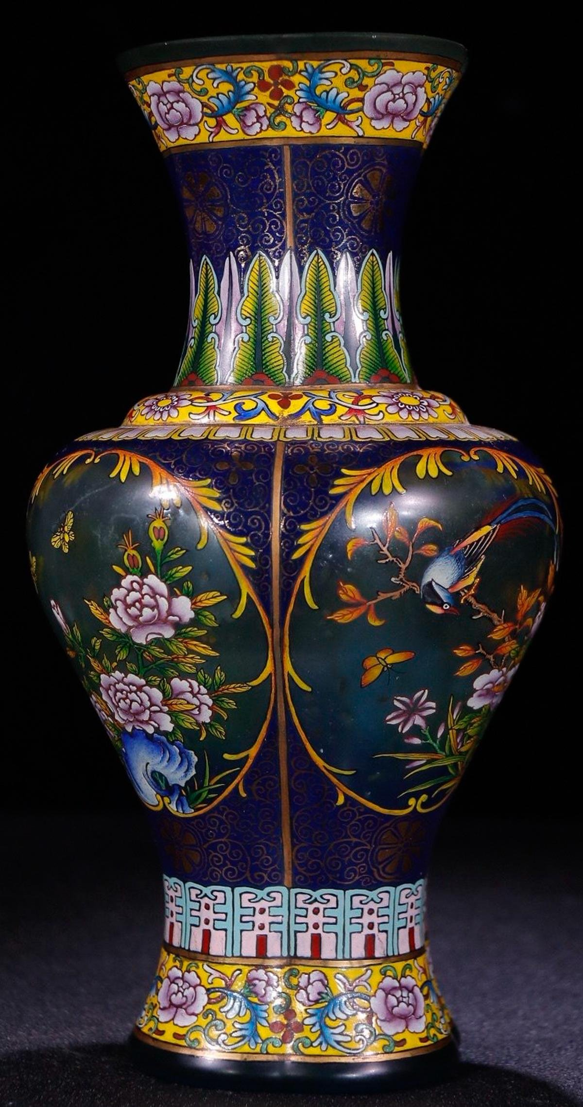 A GLASS CARVED VASE WITH BIRD PATTERN
