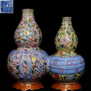 QIANLONG MARK FAMILLE ROSE DOUBLE JOINTED GOURD VASE