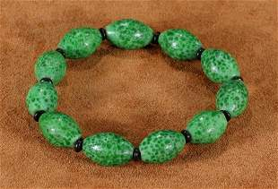 GREEN GLASS STRING BRACELET WITH 11 BEADS
