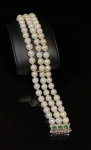 PEARL STRING BRACELET WITH EMERALD