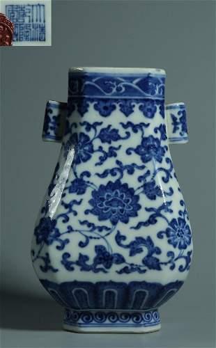 QIANLONG MARK BLUE WHITE GLAZE FLOWER PATTERN VASE