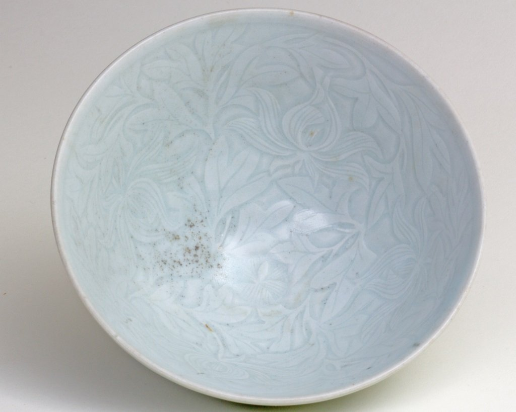 QING BAI GLAZED BOWL WITH FLOWER PATTERN ENGRAVED