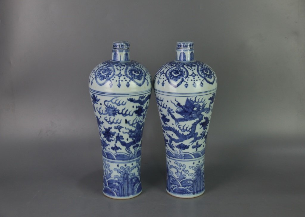 PAIR OF MING WANLI MARK DRAGON DESIGN VASES