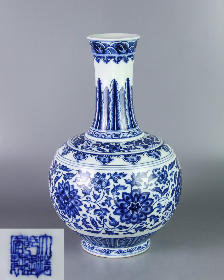 DAQING QIANLONG NIANZHI MARK BLUE&WHITE BOTTLE VASE