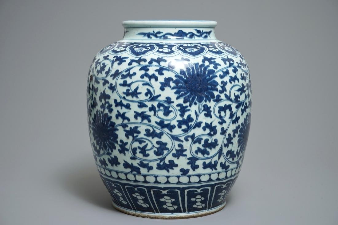 A Chinese blue and white lotus scroll jar, 19th C. - 3