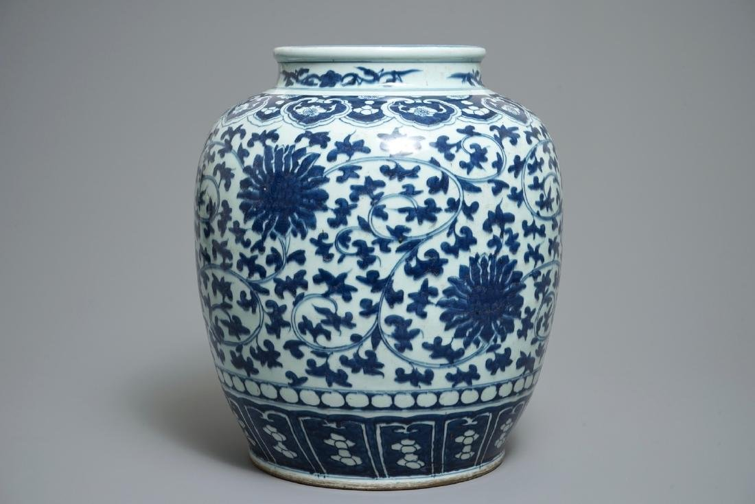A Chinese blue and white lotus scroll jar, 19th C. - 4