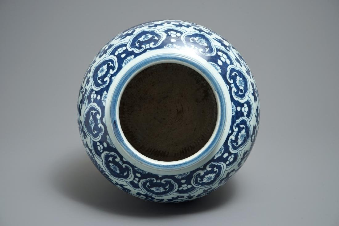 A Chinese blue and white lotus scroll jar, 19th C. - 5
