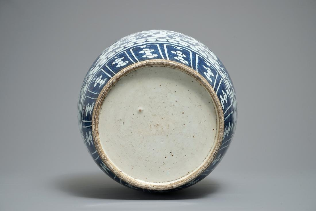 A Chinese blue and white lotus scroll jar, 19th C. - 6