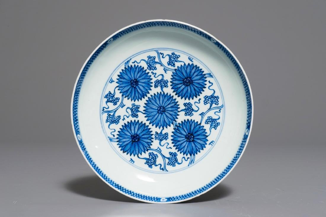 A Chinese blue and white aster pattern plate,