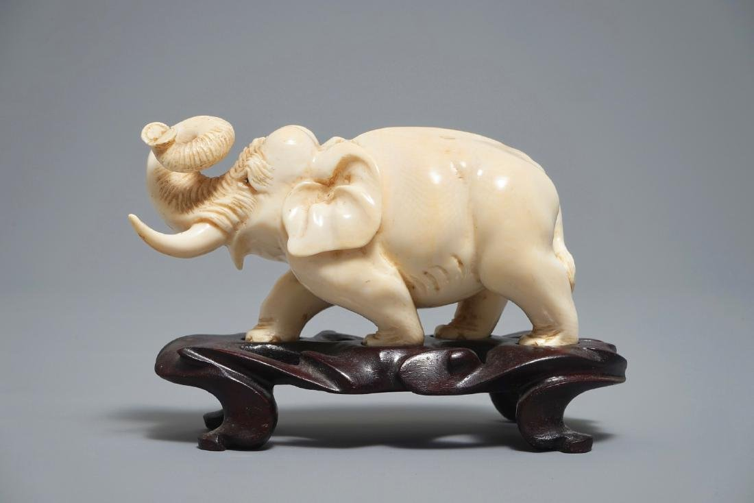 A Chinese carved  model of an elephant, 19/20th C.