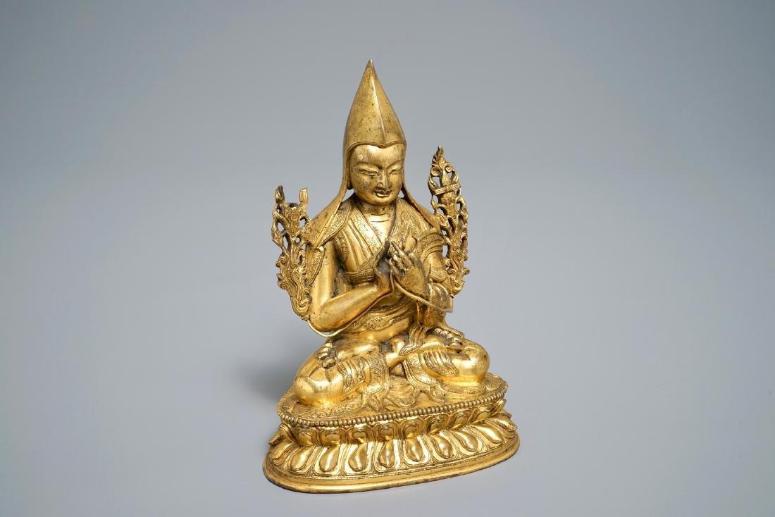A Sino-Tibetan gilt bronze figure of Tsongkhapa, 17/18e