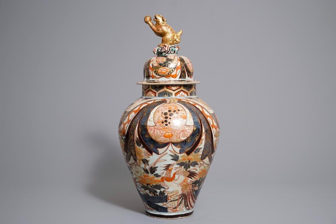 A large Japanese Imari vase and cover, Edo, 17/18th C.