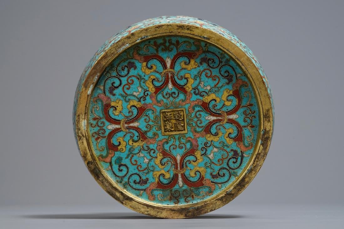 A Chinese cloisonné vase, Qianlong mark, 19/20th C. - 5