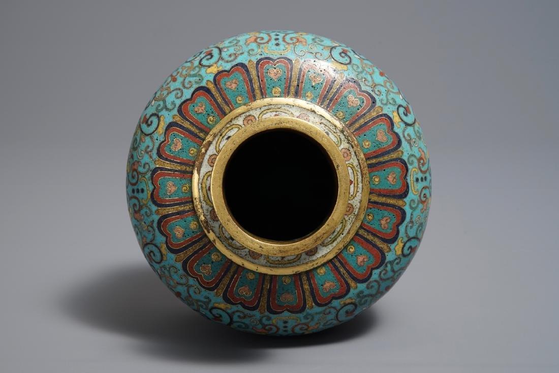 A Chinese cloisonné vase, Qianlong mark, 19/20th C. - 6