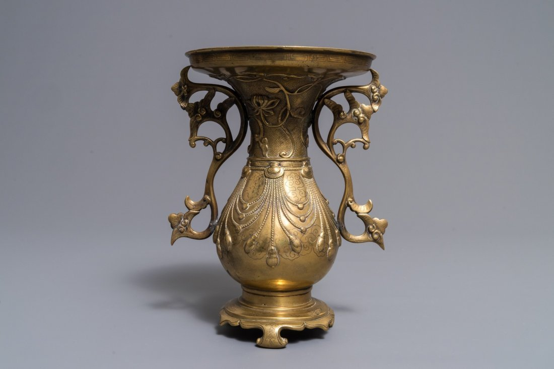 A Chinese silver-inlaid bronze vase, 18/19th C.