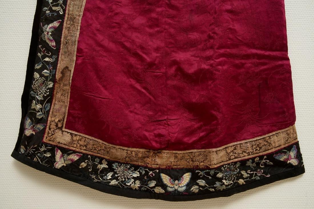 A Chinese informal Manchu embroidered silk pink-ground - 5
