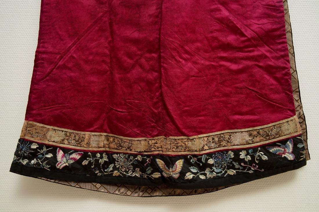 A Chinese informal Manchu embroidered silk pink-ground - 6